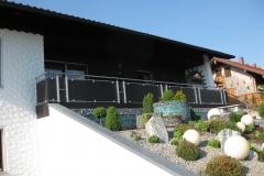 gartengestaltung-vorgarten-steine-frontal-balkon